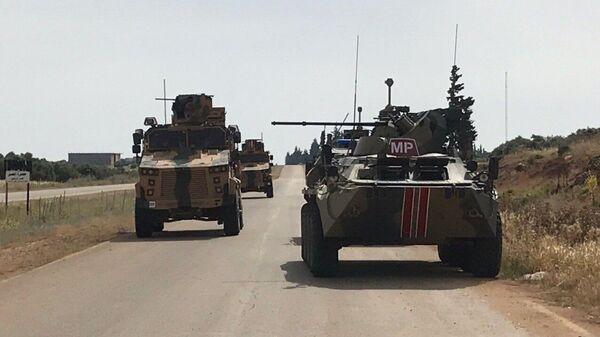 Российские и турецкие военные проводят патрулирование трассы М-4 в Сирии