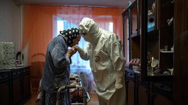 Протоиерей Иоанн Кудрявцев посещает верующую, зараженную коронавирусом