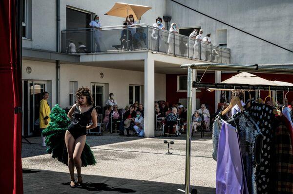Актеры театральной труппы L'Espace des Arts company выступают для жителей дома престарелых в Шалон-сюр-Сон, Франция