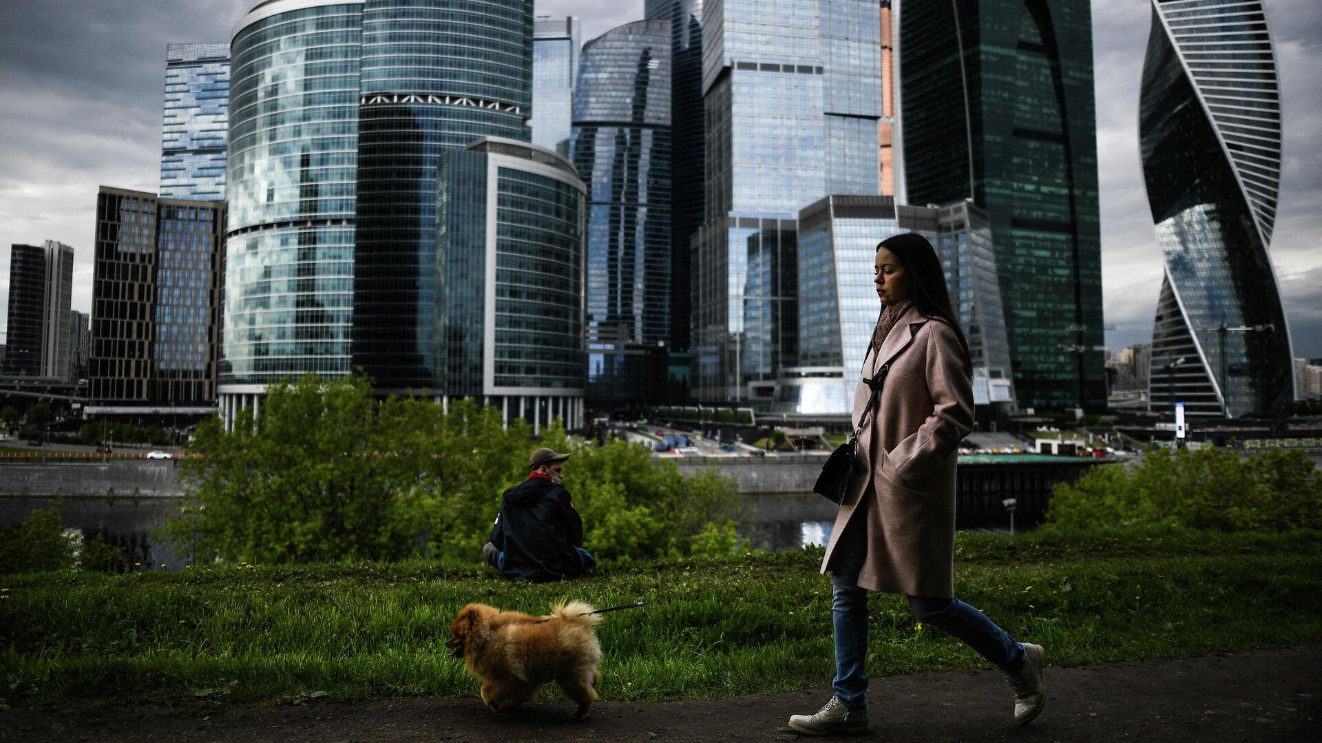 Девушка гуляет с собакой на набережной Тараса Шевченко в Москве - РИА Новости, 1920, 17.03.2021