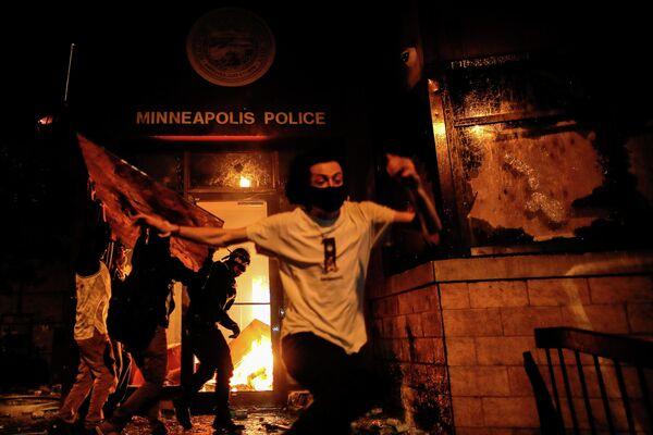Протестующие в Миннеаполисе поджигают полицейский участок