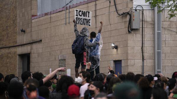 Демонстрация после гибели Джорджа Флойда у здания 3-го полицейского участка в Миннеаполисе, США