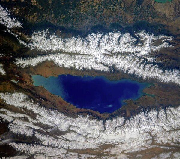 Озеро Иссык-Куль и окружающие его хребты Северного Тянь-Шаня, Киргизия