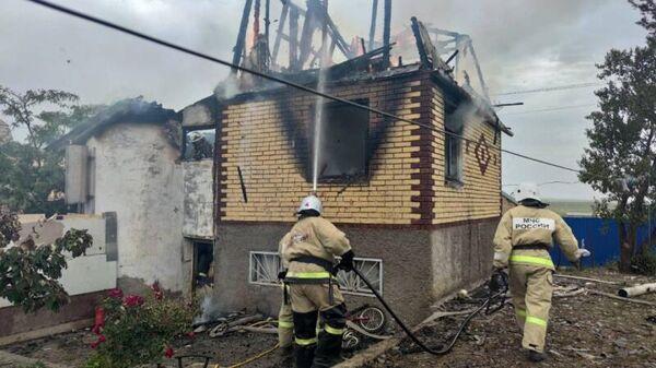 Сотрудники МЧС во время ликвидации пожара по  улице Малиновая 161 в Феодосии