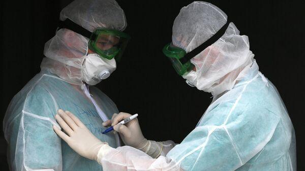 Врачи в Красноярском федеральном центре сердечно-сосудистой хирургии, переоборудованном под госпиталь для лечения больных коронавирусной инфекцией