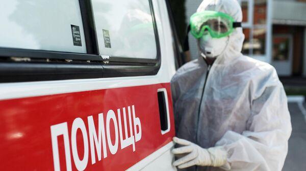 Фельдшер частной Станции скорой медицинской помощи Домашний доктор в противоэпидемическом костюме в Тамбове