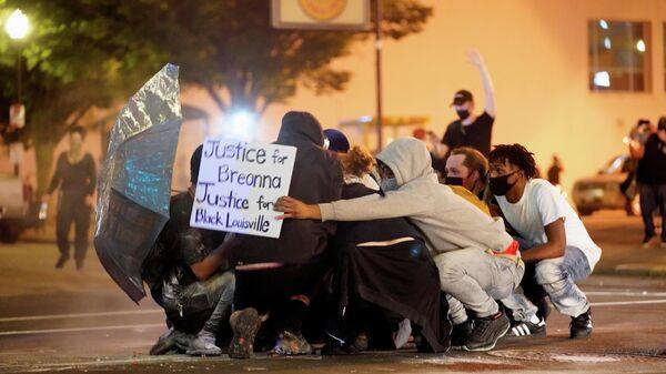 Участники протеста, вызванного смертью афроамериканца Джорджа Флойда, на одной из улиц Кентукки