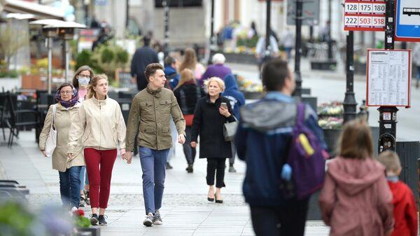 Горожане на улице в Варшаве