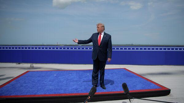Президент США Дональд Трамп отвечает на вопросы журналистов после первого пилотируемого запуска корабля Crew Dragon,