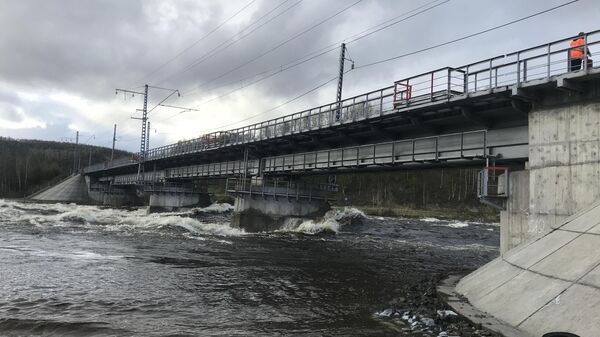 Из-за интенсивного таяния снега и большой водности реки Кола подмыло насыпь опоры железнодорожного моста на перегоне ст. Кола – ст. Выходной