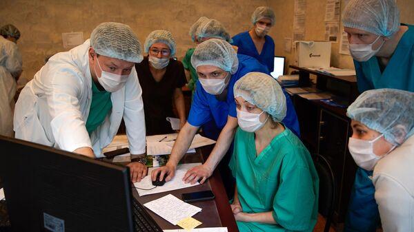 Медицинские работники в госпитале для зараженных коронавирусной инфекцией COVID-19 в Твери