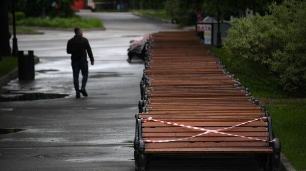 Мужчина гуляет в Центральном парке культуры и отдыха имени Горького