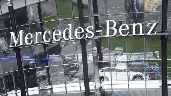 Логотип компании Mercedes-Benz на фасаде автосалона в Москве