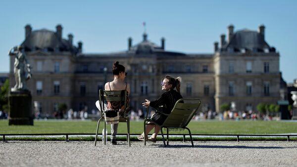 Отдыхающие в Люксембургском саду в Париже