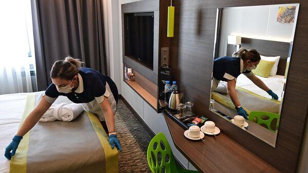 Горничная застилает кровать в номере отеля Арт Москва Войковская