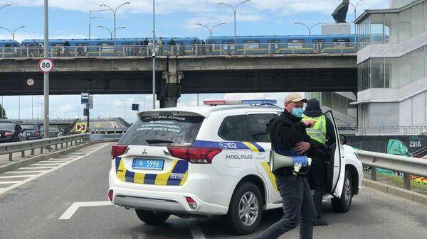 Полиция перекрыла движение на мосту Метро в Киеве