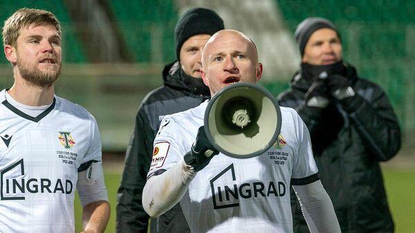 Защитник ФК Торпедо Артем Самсонов (по центру)
