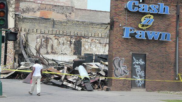 Здание, пострадавшее после беспорядков на Лейк-стрит в Миннеаполисе