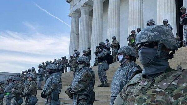 Нацгвардия у мемориала Линкольна в Вашингтоне