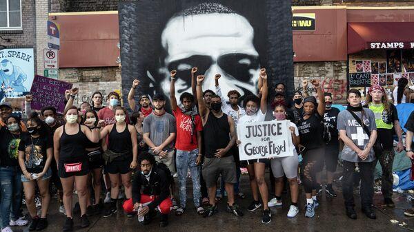 Протестующие на месте убийства афроамериканца Джорджа Флойда в Миннеаполисе