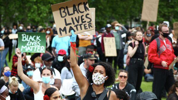 Люди в Гайд-парке во время акции протеста в Лондоне