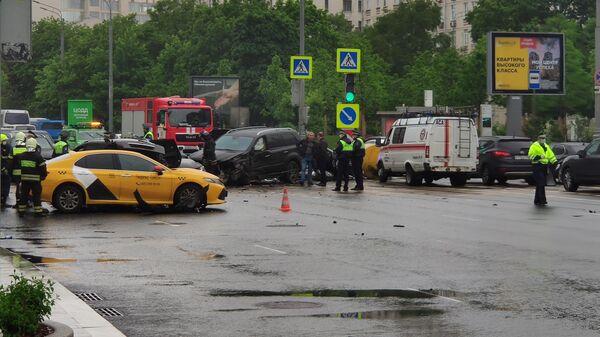Полиция ищет сбежавшего виновника ДТП с пятью автомобилями в Москве
