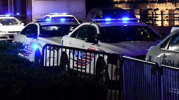 Машины полиции у здания Trump International Hotel в Вашингтоне во время акции протеста против полицейского насилия