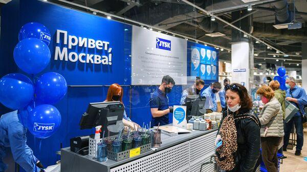 Покупатели на кассе магазина датского мебельного ритейлера Jysk в торговом центре Тройка в Москве