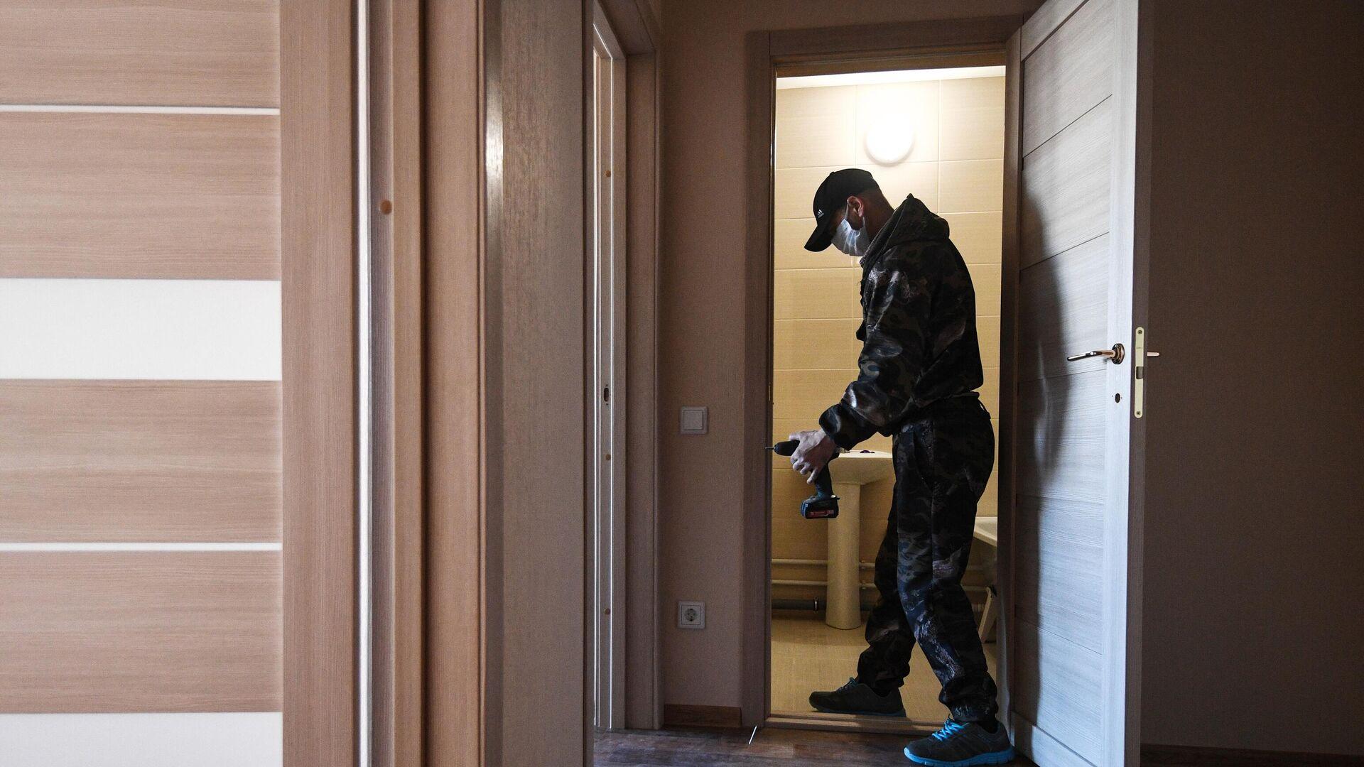 Рабочий во время чистовой отделки квартиры - РИА Новости, 1920, 14.05.2021
