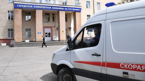 Машина скорой помощи у городской клинической больницы имени Е. О. Мухина
