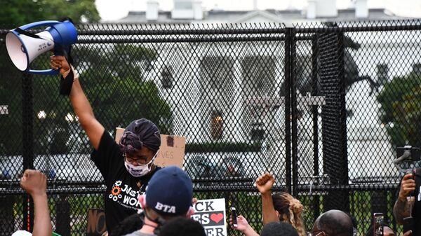 Участники акции протеста против полицейского насилия у Белого дома в Вашингтоне