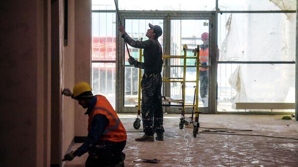 Строители во время отделочных работ