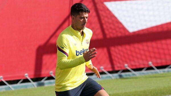 Нападающий Барселоны и сборной Уругвая по футболу Луис Суарес на тренировке