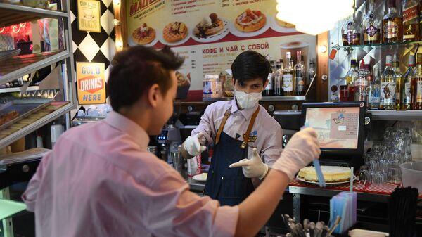 Сотрудники кафе готовят еду на вынос