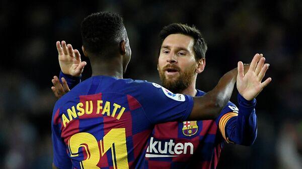 Футболисты Барселоны Асу Фати и Лионель Месси