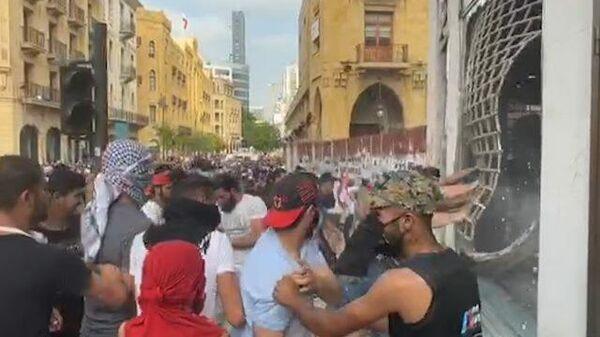 Кадры погрома у здания парламента в центре Бейрута