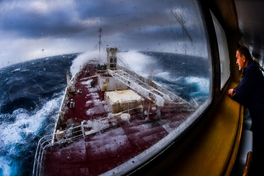Корабль Адмирал Владимирский во время шторма в Тихоокеанском секторе Антарктики в районе моря Росса