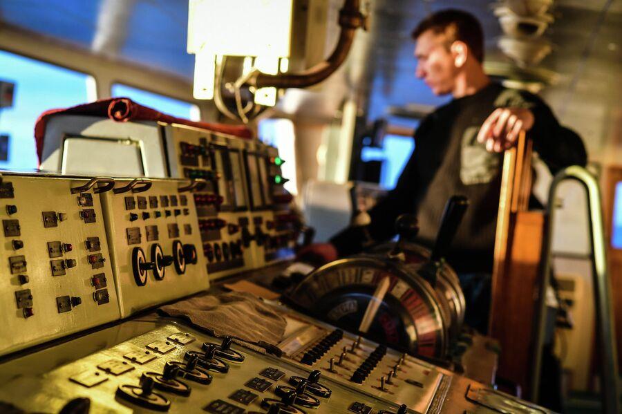 Приборная панель на главном командном пункте исследовательского судна Балтийского флота Адмирал Владимирский