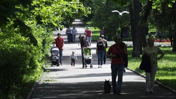 Люди отдыхают в парке на улице Крупской в Москве