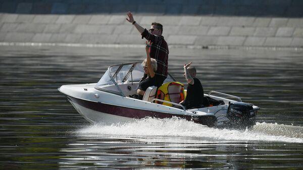 Люди катаются на моторной лодке