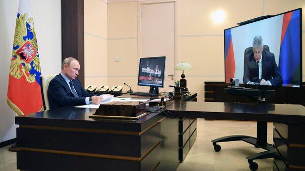 Президент РФ Владимир Путин во время встречи в режиме видеоконференции с главой Республики Карелия Артуром Парфенчиковым