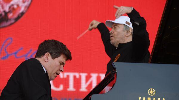 Дирижер симфонического оркестра Мариинского театра Валерий Гергиев и пианист Денис Мацуев