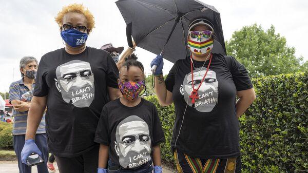 Скорбящие возле церкви The Fountain of Praise в Хьюстоне во время церемонии прощания с афроамериканцем Джорджем Флойдом, погибшем при задержании в Миннеаполисе