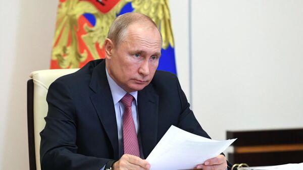 Путин расширил число сотрудников, которые могут получить диппаспорта