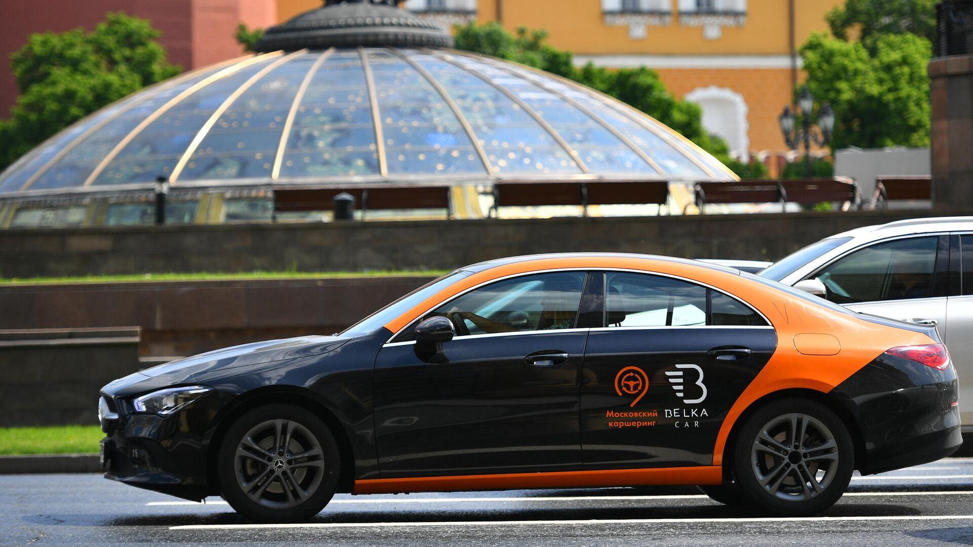 Машина службы каршеринга Belka Car едет по Моховой улице в Москве - РИА Новости, 1920, 30.06.2021