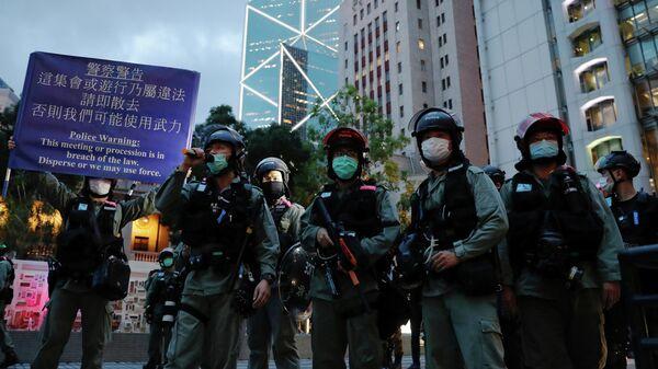 Сотрудники полиции во время акции протеста в Гонконге