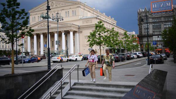 Прохожие спускаются в подземный пешеходный переход на Театральной площади в Москве