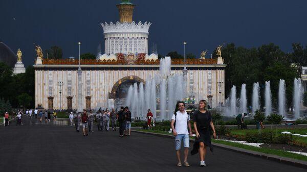 Посетители ВДНХ гуляют у фонтанов