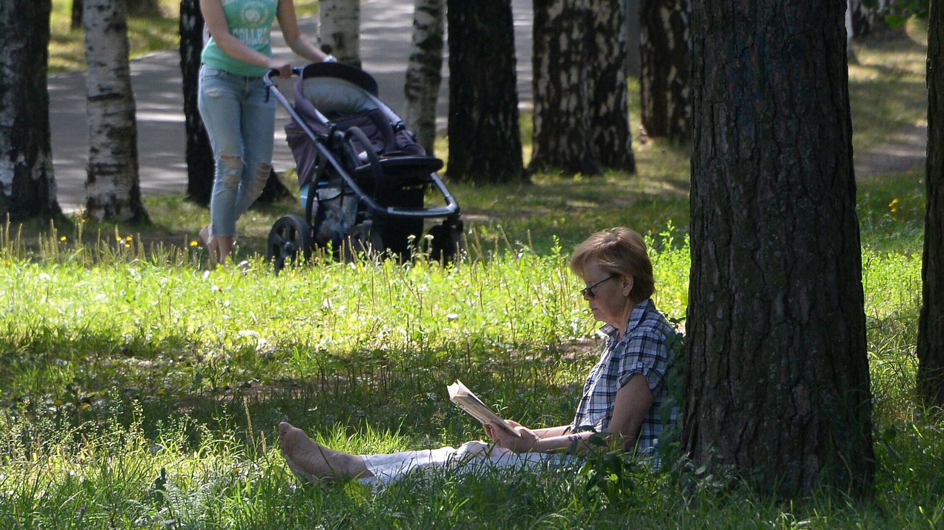 Горожане отдыхают в Парке 50-летия Октября - РИА Новости, 1920, 22.06.2020
