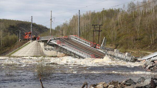 Обрушившийся железнодорожный мост через реку Кола между станциями Кола и Выходной в Мурманской области